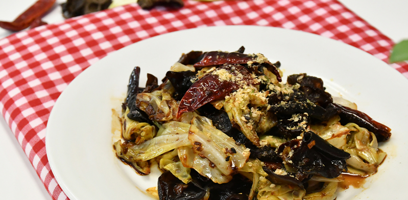 Spicy and Sour Stir-Fried Cabbage with Black Fungus